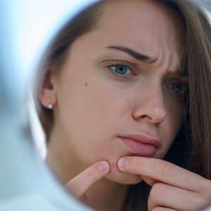 visage femme miroir acne