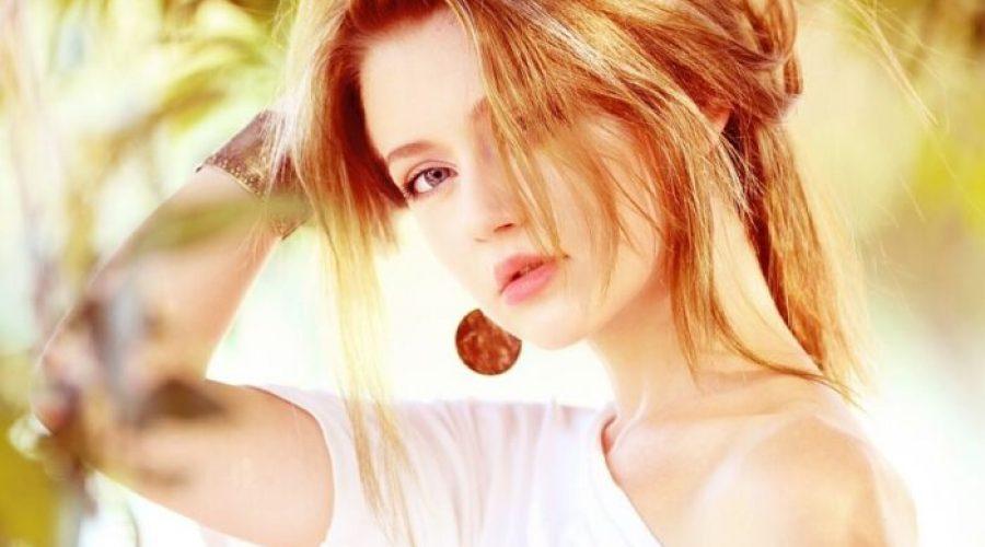 jolie femme trentaine tenant ses cheveux