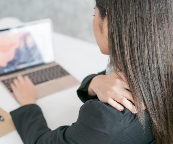 femme épaule douleur tendinite ordinateur